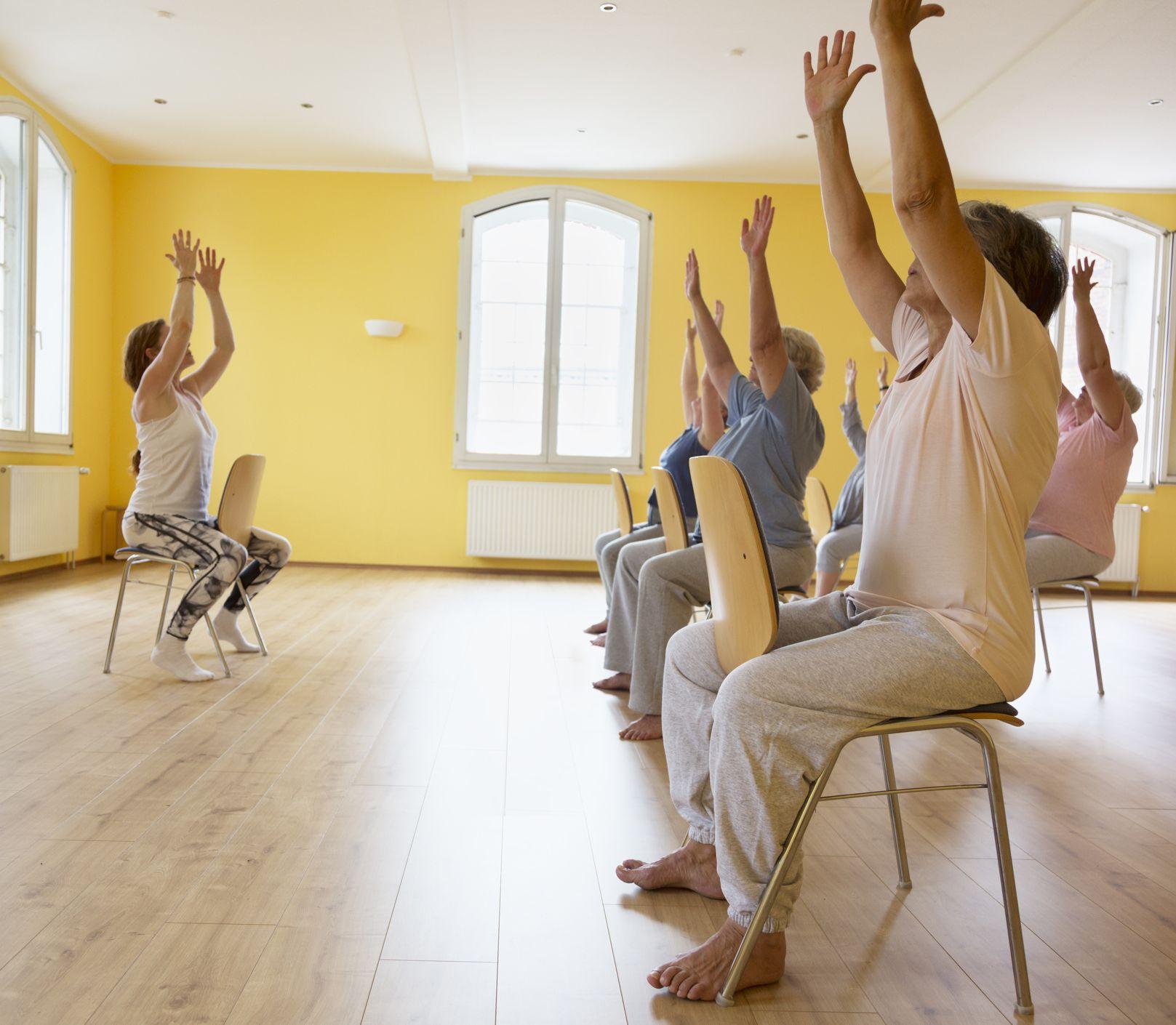 Cvičenie so stoličkou: Tieto pohyby môžete robiť každý deň a udržíte sa fit