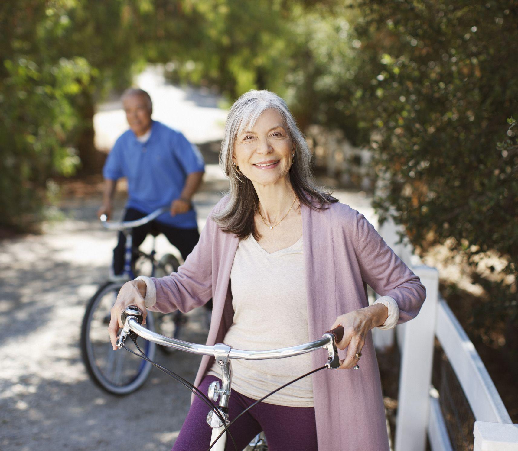 Bicykel je vhodný aj pre starších: Nepodceňujte však bezpečnosť na cestách