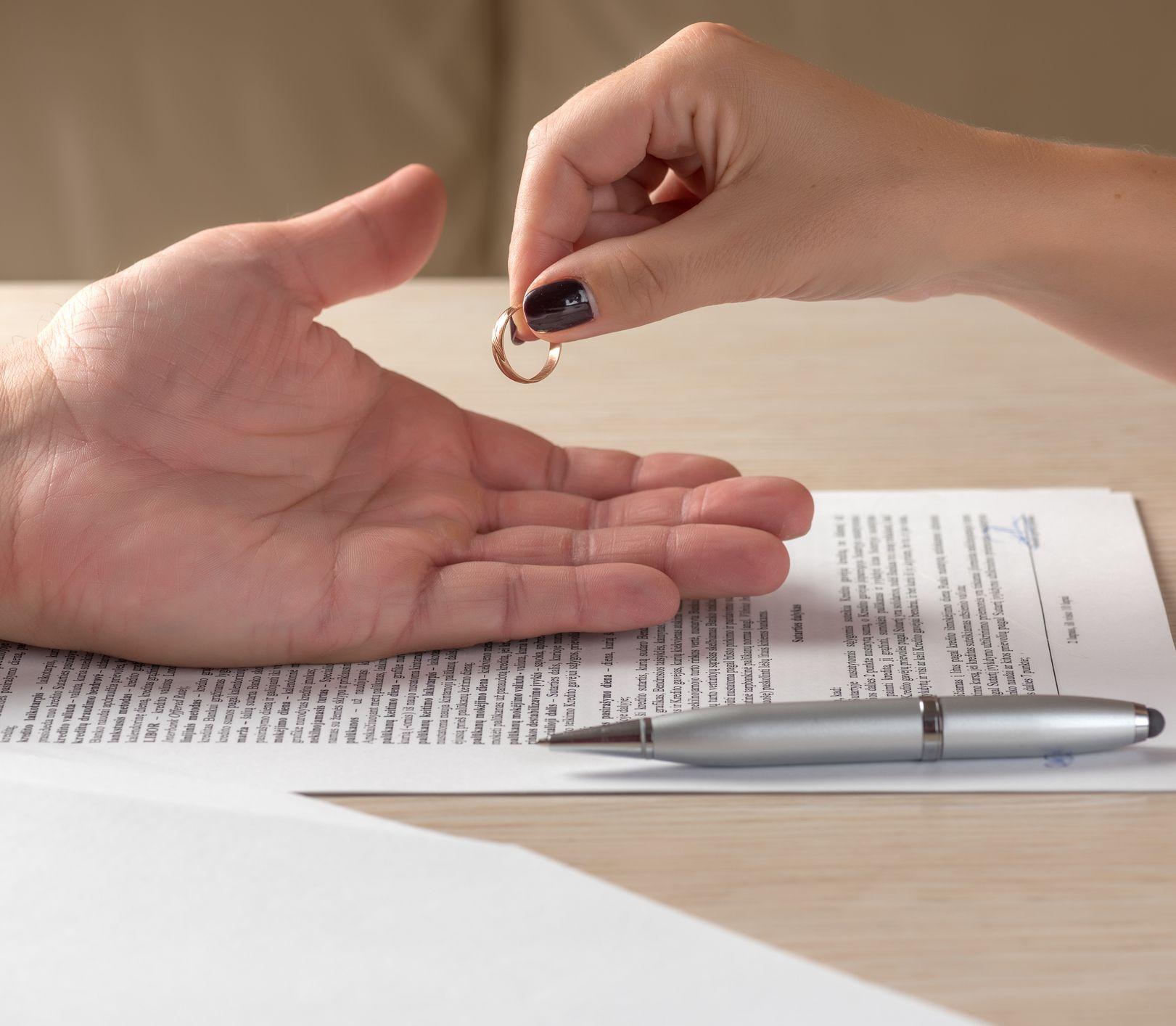 Randíte s niekým, kto už prekonal rozvod? Toto sa ho určite opýtajte!