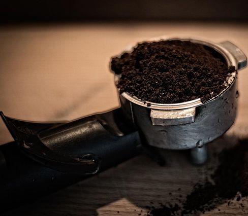 Kávová usadenina nepatrí do odpadkov: Využijete ju ako kozmetiku aj ako hnojivo