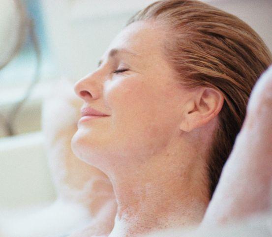 Kúpeľ, ktorý lieči a skrášľuje: Pridajte doň bylinky, otruby či ihličie