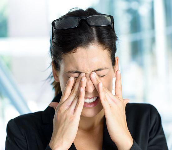 Jačmeň v oku: Popasujte sa s nepríjemnou bolesťou a nevábnym vzhľadom!
