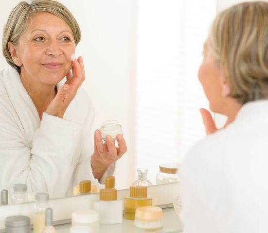 Ako počas menopauzy upraviť svoju kozmetickú rutinu, aby ste mali pevnú a súdržnejšiu pleť