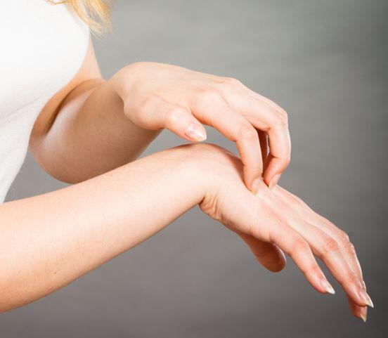 Trápi vás vysušená pokožka na rukách či oslabené nechty? Zistite, čo pomáha