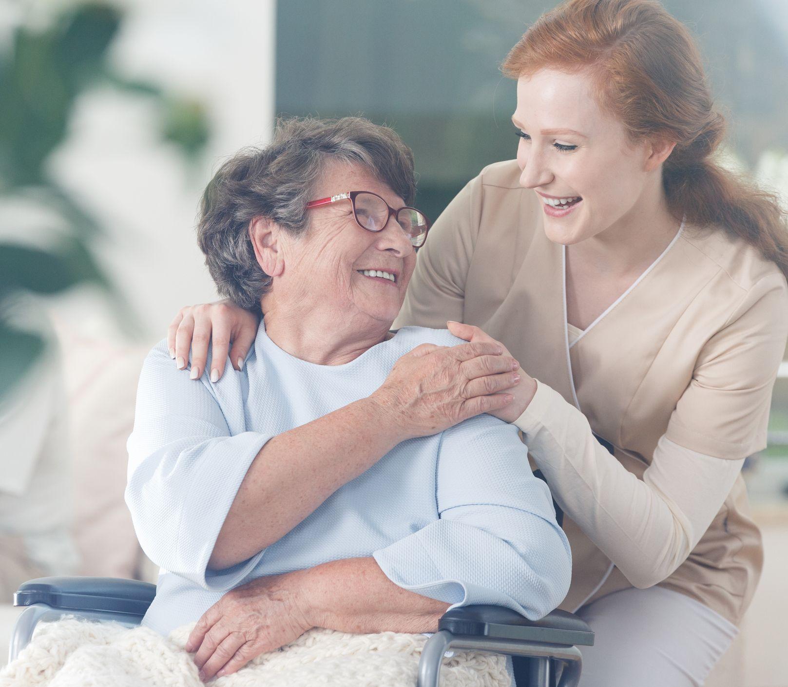 Hľadáte opatrovateľku pre seniora? Vyhnite sa týmto chybám pri jej výbere