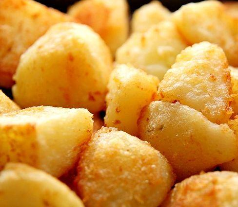 VIDEOTIP Chrumkavé a voňavé pečené zemiaky: Vyskúšajte ich na tri spôsoby