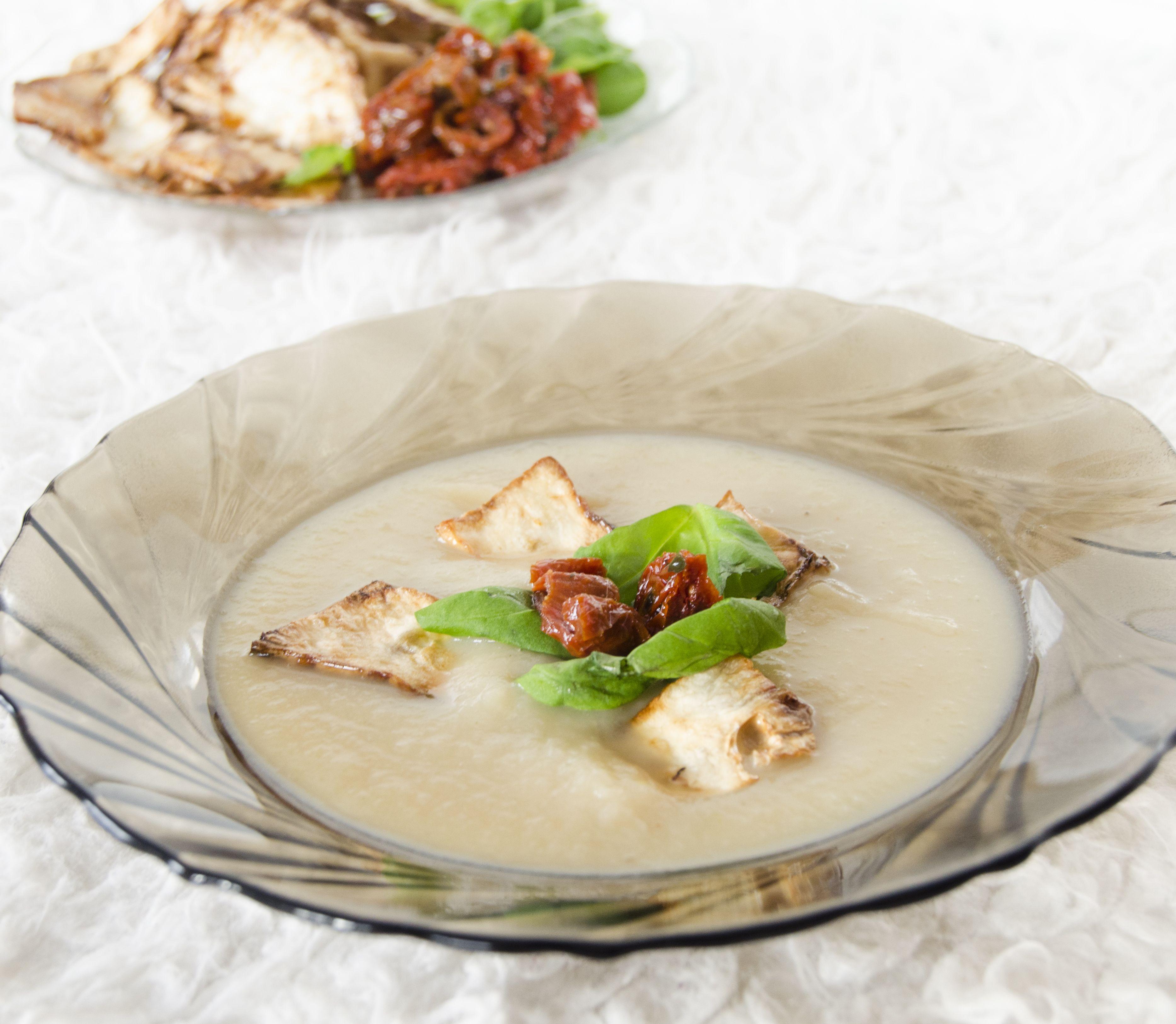 FOTORECEPT: Zemiakovo-zelerová polievka so sušenými paradajkami a bazalkou