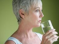 Najčastejší zlozvyk, ktorého sa mnohí dopúšťajú: Tento návyk pri pití vody by ste mali okamžite zmeniť!