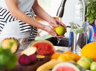 Ako dlho by sme mali umývať ovocie pod vodou? Odborník vyšiel s pravdou von!