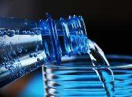Pozor na pitie minerálnej vody: Toto množstvo by ste už nemali prekročiť!