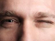 Nepríjemné šklbanie v oku: Signál niečoho závažnejšieho alebo iba tik svalu?